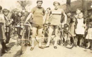 1949 Bladel Neterselseweg 2 renners met publiek