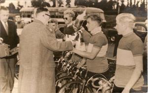 1954 Eindhoven. Jan Wolfs krijgt in Bayeux de fakkel om die met een delegatie naar Eindhoven te brengen