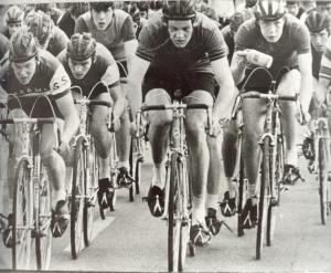 1968 Spoordonk. Jan van Helvoirt uit Diessen (midden) mee vooraan in de nieuwelingenkoers. Geheel rechts (met drinkbus in de hand) Toon Jansen uit Reusel