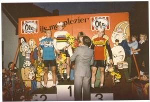1979 Leende. Winnaar Jan Raas wordt na de profronde op het podium vergezeld door door de broers Fons (links) en Piet van Katwijk