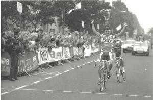 1990 Veldhoven. Patrick Strouken (Munstergeleen) klopt Rob Mulders (Well) in de Omloop der Kempen