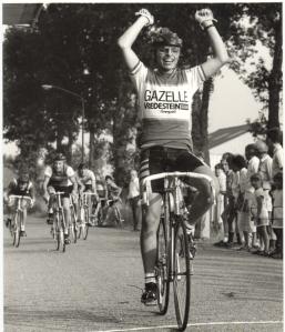 2013-09-05 Reusel Jeroen Reijrink uit Diessen gaat in 1986 zegevierend over de eindstreep bij de 15 en 16 jarigen in de Kempenpers Jeugdtoer in Reusel (foto Henk van Dorenmalen)