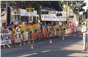2014-12-13 Bergeijk 1996 Op 15 juli klaar voor de start van de ploegentijdrit o.a. Paul van Schalen en Sandro Bijnen (foto Aloy Tenbult)