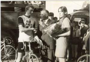 2014-06-21 Hapert 1970 Amateurwinnaar Harrie Schoofs uit Bladel doet verslag bij microfonist Jaap Amels (foto Adrie van der Heijden)