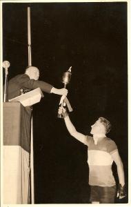 1954-eindhoven-jan-wolfs-overhandigt-de-bevrijdingsfakkel-aan-burgemeester-kolfschoten